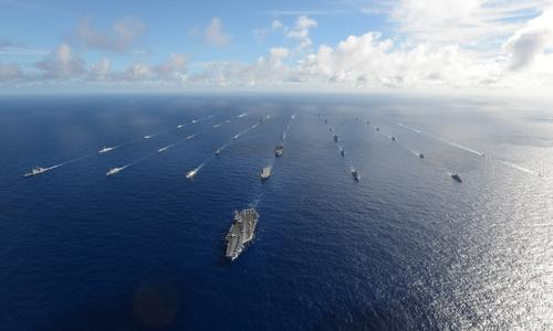 Tàu chiến các nước lập đội hình tại RIMPAC 2014. Ảnh: Bộ Quốc phòng Mỹ.