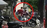 Anh Tây ép hàng loạt xe máy leo vỉa hè Hà Nội xuống đường