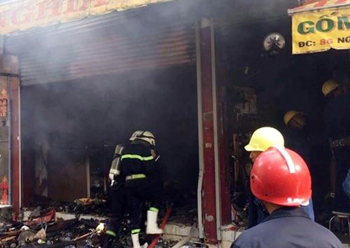 Nhiều tài sản trong cửa hàng bị thiêu rụi, liên tục bốc khói đen. Ảnh: Sơn Hòa.