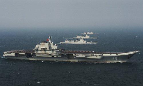 Tàu Liêu Ninh cùng các chiến hạm hộ tống gần eo biển Đài Loan đầu năm 2017. Ảnh: SCMP.