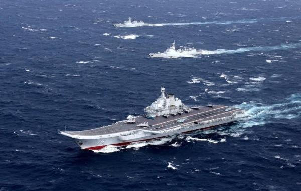 Tàu sân bay Liêu Ninh và các tàu đi cùng trong cuộc diễn tập ở Biển Đông hồi năm 2016. Ảnh: Reuters.