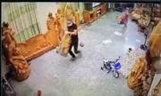 Bé 4 tuổi mở cửa, tên trộm lấy mất bức tượng gỗ 15 triệu đồng