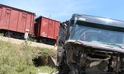 Tàu hàng đâm ôtô, đường sắt tại Nghệ An tê liệt nhiều giờ