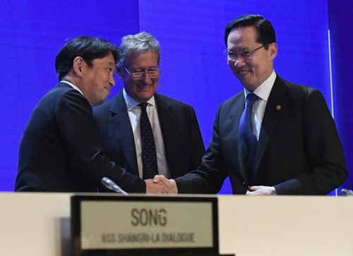 Bộ trưởng Onodera (trái) và người đồng cấp Hàn Quốc (phải) tại Đối thoại Shangri-La 2018. Ảnh: AFP.