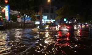 Nhiều tuyến đường Sài Gòn lại mênh mông nước sau mưa lớn