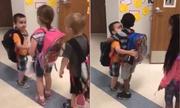 Học sinh mẫu giáo Mỹ bắt tay, ôm nhau ở cửa lớp mỗi ngày