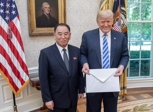 Ông Trump cầm thư của lãnh đạo Kim được chuyển qua đặc phái viên Kim Yong-chol tại Nhà Trắng. A
