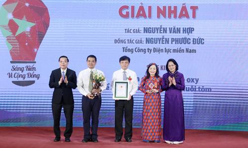 Phó chủ tịch nước Đặng Thị Ngọc Thịnh (áo dài tím) và Bộ trưởng Chu Ngọc Anh (bìa trái) trao giải nhất cho giải pháp cải tiến dàn quạt tạo oxy để tiết kiệm điện trong nuôi tôm. Ảnh: MH.