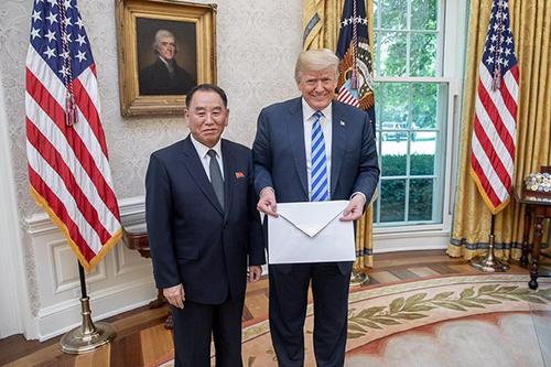 [Caption]ông Kim Yong Chol, phó chủ tịch đảng Lao động Triều Tiên, đích thân trao tay cho Tổng thống Donald Trump trong cuộc gặp tại Phòng Bầu dục, Nhà Trắng hôm 1/6.