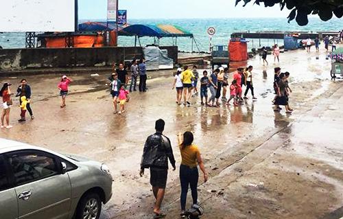 Du khách ra cảng Lý Sơn nhưng không có tàu nên đi ngược về. Ảnh: Thạch Thảo.