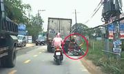 Hai mẹ con suýt bỏ mạng khi đi xe máy sát ôtô tải