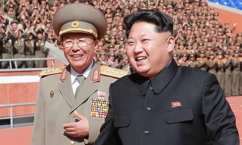 Tướng Ri Yong-gil (trái), người có thể trở thành Tổng tham mưu trưởng, tháp tùng Kim Jong-un hồi năm 2016. Ảnh: KCNA.