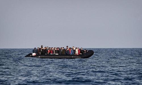 Một chiếc thuyền chở người di cư vượt biên trái phép. Ảnh: AFP.