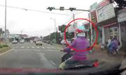 Nữ 'Ninja' bị xe tông vì bật xi-nhan nhưng không thèm nhìn đường