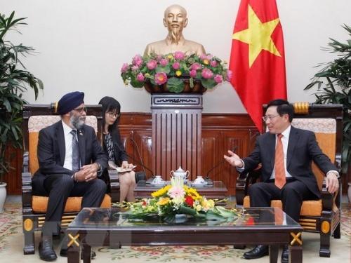 Bộ trưởng Quốc phòng Canada Harjit Singh Sahan và Phó Thủ tướng, Bộ trưởng Bộ Ngoại giao Phạm Bình Minh và