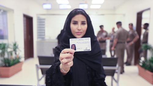 Esraa Albuti, Giám đốc điều hành của Ernst & Young, khoe bằng lái xe mới tại Tổng cục giao thông vận tải ở ở thủ đô Riyadh, Ả rập xê út (Ảnh AP)