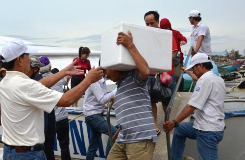 Nhiềuhàng hóa, đồ đạt được du khách mang từ đảo Lý Sơn về đất liền. Ảnh: Phạm Linh.