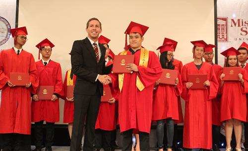 Đại diện trường TAS trao bằng tốt nghiệp cho Á khoa Terry Phung.