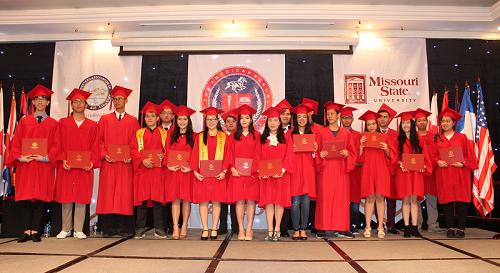 20 học sinh trường nhận bằng tốt nghiệp THPT trong buổi lễ được tổ chức theo phong cách quốc tế.