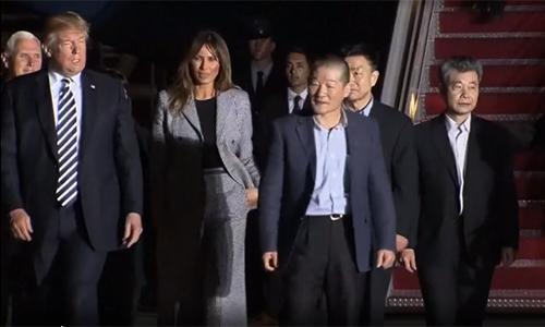 Lần cuối bà Melania xuất hiện trước thời gian dài vắng mặt là khi cùng ông Trump đón ba người Mỹ từ Triều Tiên trở về tại sân bay Andrews hôm 10/5. Ảnh:BBC