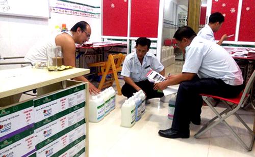 Nhiều loại thức ăn thủy sản được làm bằng sả, ớt... bị phát hiện tại chi nhánh của công ty. Ảnh: Bảo An.