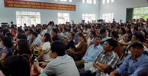 Gần 2.700 hồ sơ đăng ký tham gia phiên đấu giá 64 lô đất ở TP Tuy Hòa, hôm 2/6. Ảnh: An Phước