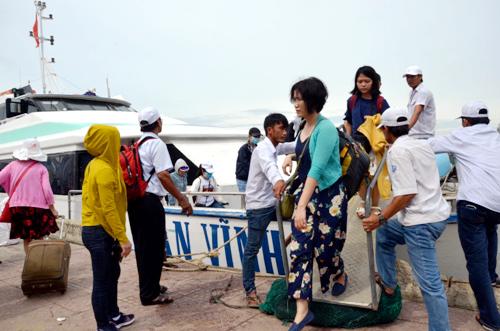 Du khách từ tàu cao tốc bước xuống cảng Sa Kỳ. Ảnh: Phạm Linh.