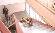 Binh sĩ Nga biểu diễn kỹ năng vừa trượt cầu thang vừa bắn súng