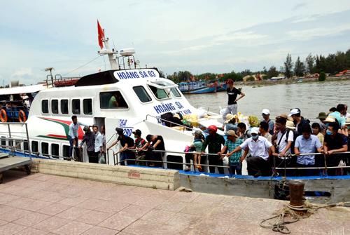 Tàu cao tốc đưa du khách từ đảo Lý Sơn sắp neo vào cảng Sa Kỳ. Ảnh: Phạm Linh.