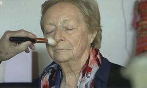 Chồng 84 tuổi trang điểm hàng ngày cho vợ