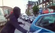 Thanh niên đi xe đạp rút dao găm chém tới tấp vào ôtô