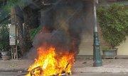 Côn đồ đốt xe người đi đường vì 'ngứa mắt'