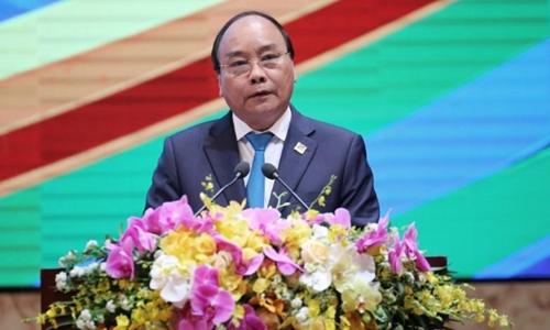 Thủ tướng Nguyễn Xuân Phúc tại một hội nghị về tiểu vùng sông Mekong ở Hà Nội hồi tháng ba. Ảnh: Reuters.