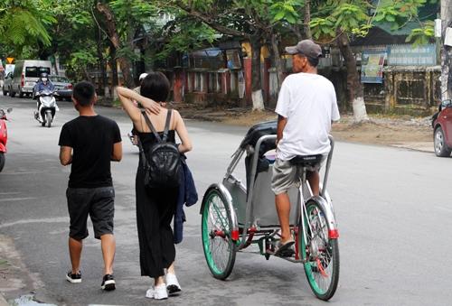 Tình trạng xích lô chèo kéo khách du lịch vẫn diễn ra ở Huế. Ảnh: Võ Thạnh