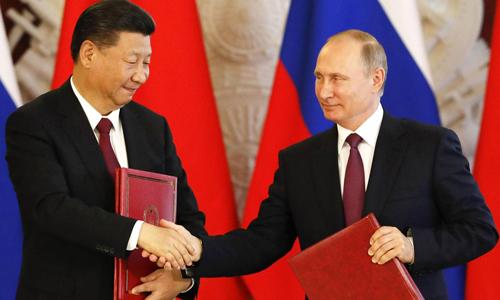 Putin và Tập Cận Bình bắt tay trong một lễ ký kết sau đàm phán hồi tháng 7/2017tại điện Kremlin, Moscow. Ảnh: Reuters.