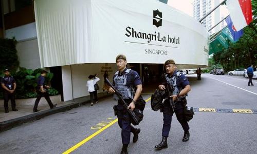 Hai đặc nhiệm Gurkha tuần tra gần khách sạn Shangri-La ngày 1/6/2018. Ảnh: Reuters.