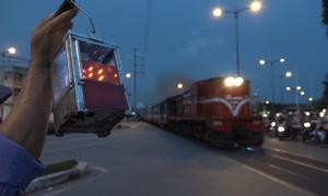 Những khó khăn của nghề gác chắn đường tàu