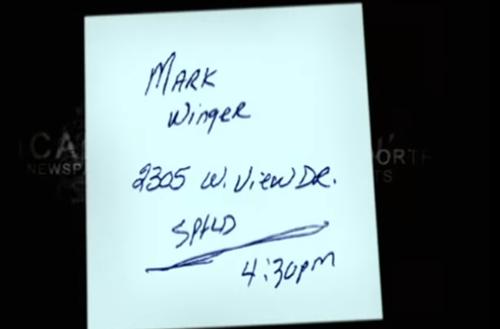 Mảnh giấy ghi chú tìm thấy trong xe nạn nhân.