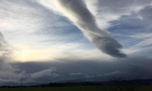 Đám mây mang hình dạng đặc biệt xuất hiện trên cao. Ảnh: Sun.