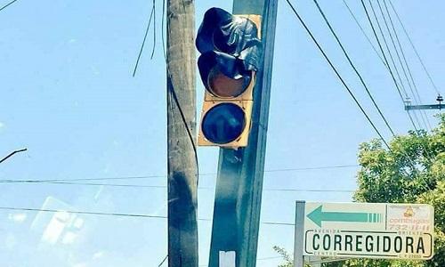 Cột đèn giao thông bị chảy tạithành phố Corregidora ở miền trung Mexico. Ảnh: Twitter.