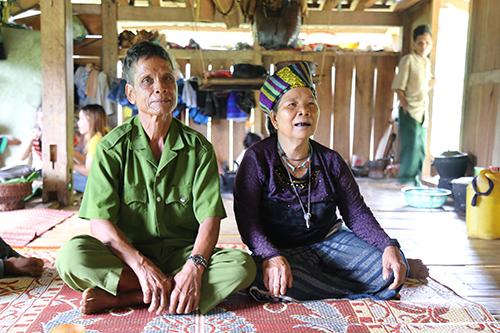 Tuổi cao, sức khoẻ yếu nên ông Ky cùng vợ là Hồ Thị Tươm (67 tuổi) ra bản sống cùng con trai. Ảnh:Hoàng Táo