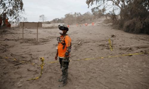 Nhân viên cứu hộ ngày 5/6 đứngtại nơi bị ảnh hưởng bởi vụ phun trào núi lửa. Ảnh: Reuters.