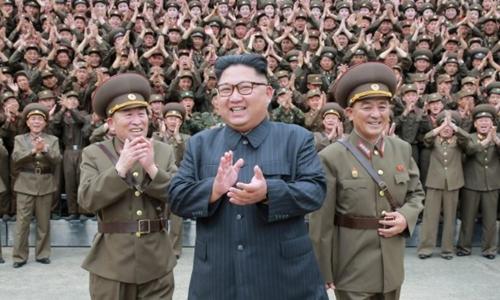 Kim Jong-un thăm một trụ sở quân đội Triều Tiên tháng 8/2017. Ảnh: Reuters.