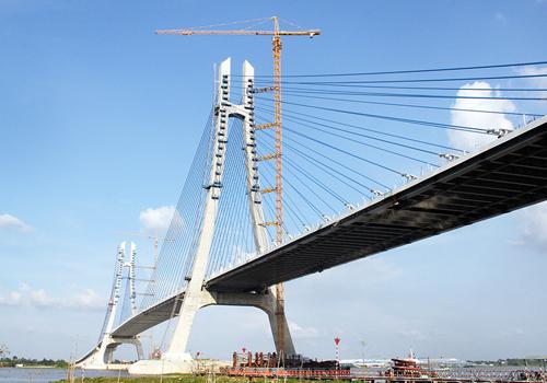 Cầu Vàm Cống dự kiến hoàn thành cuối năm 2017, đã phải lùi lại để xử lý các vết nứt dầm. Ảnh: Cửu Long.