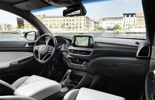 Nội thất cũng được nâng cấp ở kiểu dáng bảng điều khiển, màn hình cảm ứng đặt lên cao.