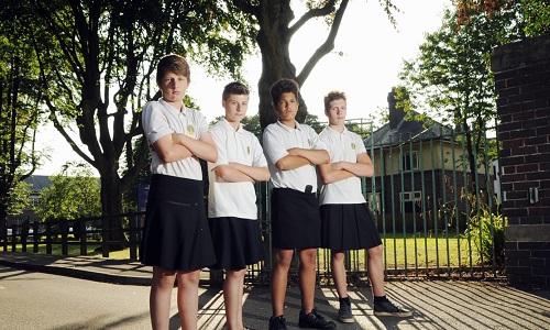 Năm 2013, các nam sinh trung học ở Wales mặc váy để phản đối khi trường không cho mặc quần đùi trong mùa hè. Ảnh: Splash News