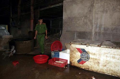 Cảnh sát đột nhập cơ sở sản xuất phân loại nội tạng bò tai Đồng Nai. Ảnh: Thái Hà