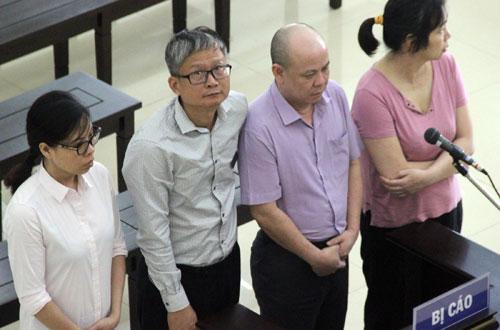 Ông Đinh Mạnh Thắng (thứ hai từ trái qua) cùng ba bị cáo kháng án, trước khi nói lời sau cùng.