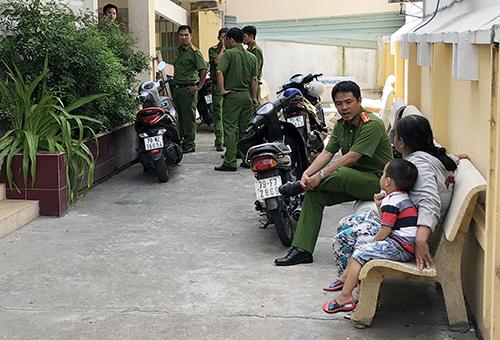 Cảnh sát làm việc với người thân bé trai tại nhà đại thể bệnh viện đa khoa tỉnh Khánh Hòa. Ảnh: Xuan g