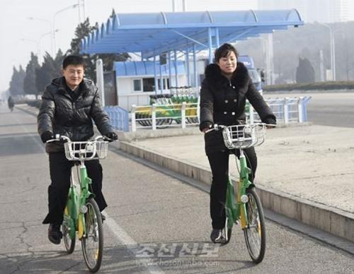 Người dân sử dụng xe đạp công cộng ở Bình Nhưỡng hồi tháng một. Ảnh: Choson Sinbo.